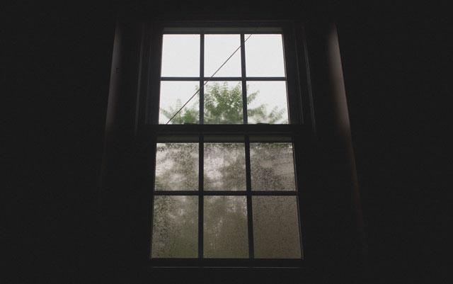 台風でガラスが割れる