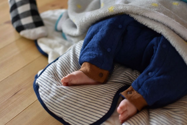 赤ちゃんの足が掛け布団から出るは大丈夫