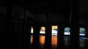 閑谷学校 講堂の床と紅葉
